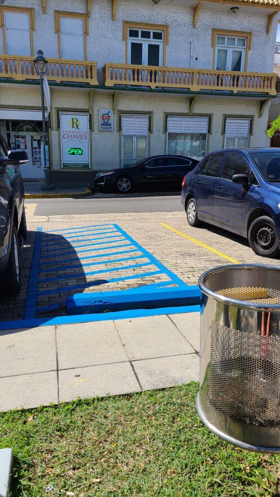 área de pasillo aledaño a estacionamiento reservado para personas con discapacidades